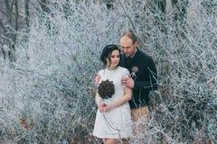Bräutigam, der die Braut umarmt Stockfoto