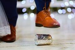 Bräutigam, der ein Glas an der jüdischen Hochzeit bricht Lizenzfreies Stockbild