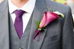 Bräutigam, der ein Lilienknopfloch trägt Lizenzfreie Stockbilder