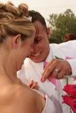 Bräutigam, der einige Rosen herausnimmt Stockbilder