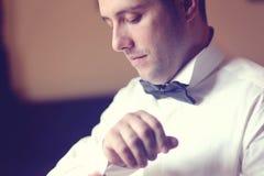 Bräutigam, der fot die Hochzeit vorbereitet Stockfotografie