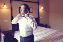 Bräutigam, der fot die Hochzeit vorbereitet Lizenzfreie Stockbilder