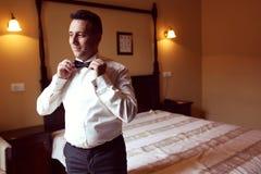 Bräutigam, der fot die Hochzeit vorbereitet Stockbilder