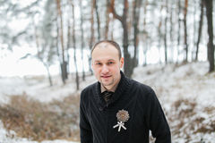 Bräutigam, der im Winterwald steht Lizenzfreies Stockfoto