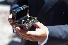 Bräutigam, der Ringe darstellt Lizenzfreie Stockfotografie
