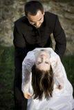 Bräutigam, der seine Braut anhält Stockfotos