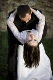 Bräutigam, der seine Braut anhält Lizenzfreies Stockbild