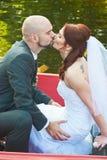 Bräutigam, der seine Braut küsst Stockbild