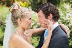 Bräutigam, der seine recht blonde Frau betrachtet Stockbilder