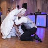 Bräutigam, der Strumpfband entfernt lizenzfreie stockfotos