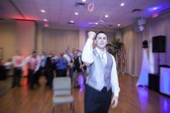 Bräutigam, der Strumpfband wirft Stockbilder