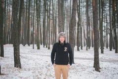 Bräutigam an der Winterhochzeit Stockfotos