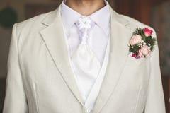 Bräutigam gekleidet im Weiß Stockbild