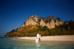 Bräutigam hält Braut in den Armen Lizenzfreies Stockfoto