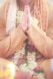Bräutigam handsin namaste mit Hochzeit Stockfoto