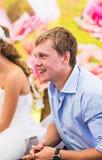 Bräutigam am Hochzeitsempfang stockbild
