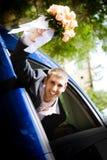 Bräutigam im Auto Lizenzfreie Stockfotos