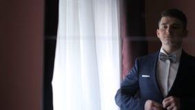 Bräutigam knöpft dunkle Jacke vor der Hochzeit stock video