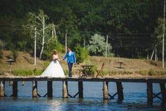 Bräutigam mit Braut und Champagne Lizenzfreie Stockbilder