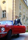 Bräutigam mit cabrio Auto Stockbild