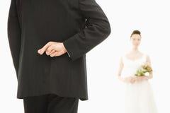 Bräutigam mit den gekreuzten Fingern. Lizenzfreie Stockfotos
