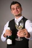 Bräutigam mit einer Champagnerflasche Stockfotos