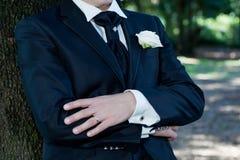 Bräutigam mit Smoking Stockfoto
