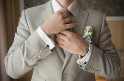 Bräutigam stellte die Bindung gerade ein Stockfotos