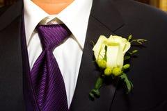 Bräutigam Suit und Boutineer Lizenzfreie Stockfotografie