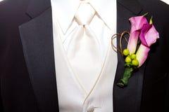 Bräutigam Suit und Boutineer Stockbilder