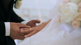 Bräutigam trägt die Ringbraut stock footage