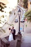 Bräutigam und Braut auf einem kleinen Balkon Stockfotografie