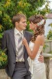 Bräutigam und Braut auf Hintergrund von grünen Bäumen Stockfoto