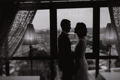 Bräutigam und Braut in einem Hotel Stockfotografie