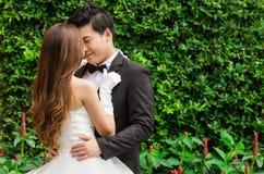 Bräutigam und Braut im Garten Lizenzfreie Stockfotos