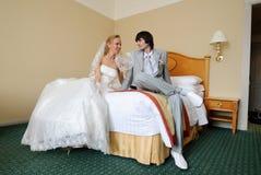 Bräutigam und Braut im Hotelzimmer Stockbilder