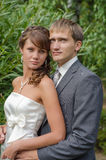 Bräutigam und Braut im weißen Kleid Lizenzfreies Stockbild