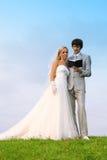 Bräutigam und Braut lasen Bibel zusammen lizenzfreie stockfotos