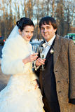 Bräutigam und Braut mit Gläsern Champagner Stockfotos