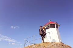 Bräutigam und Braut nahe einem Leuchtturm stockfotografie