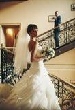 Bräutigam und Braut wirft im Korridor auf Stockfotos