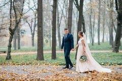 Bräutigam und Braut zusammen Gleichheit, Krawatte und Kristallschmucksachen lizenzfreies stockfoto