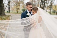 Bräutigam und Braut zusammen Gleichheit, Krawatte und Kristallschmucksachen stockfoto