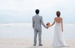 Bräutigam- und Brautumarmung Stockbild