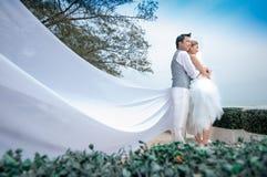 Bräutigam- und Brautumarmung Lizenzfreie Stockbilder