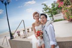 Bräutigam- und Brautumarmung Stockfoto