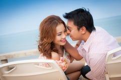 Bräutigam- und Brautumarmung Stockfotos