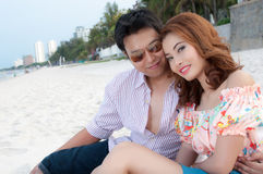 Bräutigam- und Brautumarmung Stockfotografie