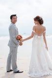 Bräutigam- und Brautumarmung Lizenzfreie Stockfotografie