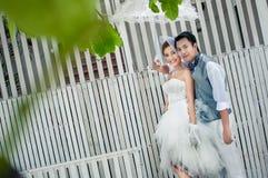 Bräutigam- und Brautumarmung Lizenzfreies Stockfoto